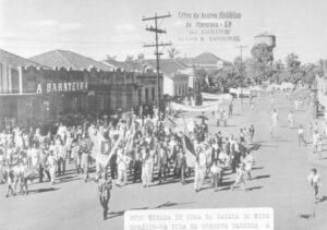 Foto de Maio de 1945, da passeata em comemoração ao término da II Guerra Mundial. A passeata foi organizada pela Diretoria da Associação Liga Operária, entidade que era muito requisitada pela sociedade. Na ala da frente, empunhando a estandarte da vitória Aurélio Fragas Vidal e Luiz Lupoli.