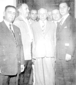 Foto de 1958, em reunião na residência do Cap. João Antônio Macedo que recebia o senador Auro Soares de Moura de Moura Andrade. (1) João Athayde de Souza, que era prefeito, (2) e (3) o agropecuarista Dr. Paulo Borges de Oliveira e seu filho Rafael Borges de Oliveira, (4) Cap. João Antônio Macedo, que era o maior líder político da época, (5) o comerciante José Baltazar Santiago, (6) o candidato o senador Amaral Furlan e (7) o candidato Auro de Moura Andrade