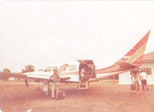 """Foto dos anos 1982, no rancho de Takayuki Maeda, situado em Coxim (MT). Na foto, Raimundo Nonato de Morais, Luiz Carlos Rodrigues (""""Busa""""), Jânio (Pilangueiro) e o comandante Hélio Alemanara, quando carregavam o avião para retornarem a Ituverava"""