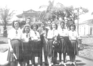 Foto dos anos 40, na Praça 10 de Março, de amigos e alunas do Ginásio Municipal: (1) não identificada, (2) Talles Trigo, (3) Túlio Del Guerra, (4) Mariano Giffone, (5) José Mauad, (6) Vanda Amorim, (7) Edna Borba, (8) Lourdes Coimbra, (9) Tereza Lopes e (10) Luzia de Paula Leão