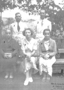 """Foto de 1940, em Poços de Caldas. (1) e (3) José Rafael da Silva e a esposa Irmínia Arantes Silva, (2) Lauro Arantes Bernardes, casado com Emília Dantas Bernardes (""""Dona Mimi""""), (4) não identificada, (5) Eurídice Franco Menezes, esposa de Joaquim de Menezes. A informação é que todos já são falecidos."""