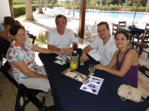 Acontece da Tribuna de Ituverava, edição 2943, de 10 de setembro de 2011, no bar do Tênis Clube: Sílvio Orley Scapin/Zulmira e o filho Marcos com a noiva Raquel Galdiano