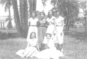 Fotos dos anos 50, na Praça 10 de Março: (1) e (2) as irmãs Leila Bueno Ribas Barbosa Lima, casada com Celso Barbosa Lima e (2) Luci Bueno Ribas Silva (in memoriam), casada com Lindomar Ângelo Silva, (3) Elizabeth Bueno Ribas Diniz, casada com Fábio Lacerda Diniz (ambos falecidos); (4) Marilena Bueno Ribas; (5) Annete Lima Gomes, casada com Rubens Corrêa Gomes (in memoriam)  e (6) Iracema Ferreira Benedetti, casada com Orlando Benedetti
