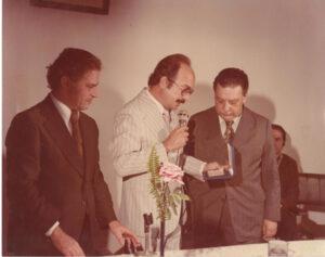 Foto de 1981, de uma palestra proferida pelo Doutor em História Pedro Brasil Baldecchi, que na ocasião foi homenageado, no salão nobre da Fundação Educacional de Ituverava. (1) e (2) os conselheiros da FEI - Dr. Hermes Procópio dos Santos e Dr. Antônio Pio do Carmo Tosta e (3) o homenageado Dr. Pedro Brasil Baldecchi
