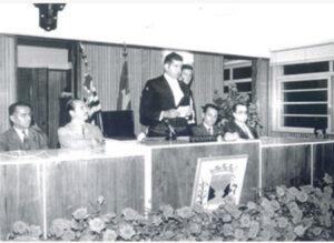 """Solenidade na Câmara Municipal de Ituverava, realizada em 9 de dezembro de 1971, quando foi entregue o primeiro título """"Professor do Ano"""", de autoria do vereador Ary Barbosa. (1) o ex-prefeito Salvador Cordaro Cruz, que foi prefeito de 1960 a 1963, e (2)Archibaldo Moreira Coimbra, prefeito na ocasião; (3) o presidente da Câmara e autor do projeto, Ary Barbosa; os professores (4) Dorival Pereira da Silva e (5) José Ferreira de Assis, provavelmente os homenageados."""