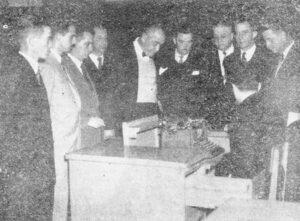 Foto publicada na edição 196, da Tribuna de Ituverava, de 2 de maio de 1953, de uma comissão designada para tratar, em São Paulo, da elevação da Comarca de Ituverava para Segunda Instância. A comitiva, acompanhada do deputado Amaral Furlan, foi recebida na Assembleia Legislativa, pelo seu presidente, deputado Vitor Maida. (1) O presidente da Câmara, João Athayde de Souza, (2) o prefeito Flávio Cavalari; (3), o prefeito de Guará, Felício Costa; (4) o vice-prefeito de Ituverava, Hélvio Nunes da Silva; (5) o líder do PR, Balduíno Nunes da Silva; (6) o prefeito de Miguelópolis, Davi Alves de Freitas; (7) o redator da Tribuna de Ituverava, Eloy Cerqueira César; (8) Joaquim da Paula Ribeiro, representando o Fórum de Ituverava e (9) representando a então vila de Capivari da Mata, Dionísio Furquim Fonseca