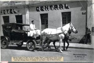 """Albertino Cordaro e seu """"Taxi"""", um Ford T (modelo """"Bigode"""") transformado em carroça, transita pela Rua Adhemar de Barros, esquina com Ribeiro dos Santos. Onde havia o Hotel Central, existe hoje a Boutique Nana e a Agência de Turismo Tastur"""