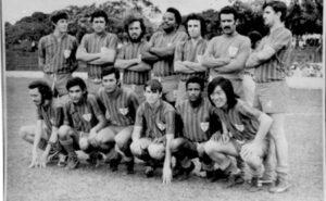 """Foto dos anos 70, do time da Portuguesinha. (1) Roberto Inácio Barbosa (""""Roberto Gato""""), (2) Clóvis Mendes, (3) Hernani Rocha Pereira, (4) Lima, (5) Wilsom Canindé, (6) Jorge Saad, (7) José Roberto de Paula (""""Carioca""""), (8) José Roberto Bordom (""""Betinho""""), (9) Zézo Leite, (10) Mário   Furutani, (11) Sirlésio de Paula Galdiano, (12) Tiãozinho e (13) Walter Shimizu (""""Tosha"""")."""