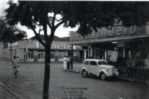 A avenida Dr. Soares de Oliveira no cruzamento com a Rua Cel. José Nunes da Silva, em foto tirada entre as décadas de 1960 e 1970, em que se vê a Loja Riachuelo, onde hoje funciona Shoping das Utilidades e, em frente a Radiolux, loja de eletrodomésticos, onde é hoje o Magazine Luiza