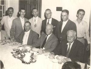 """Em campanha para Presidente da República em 1960, esteve em Ituverava o Marechal Henrique Batista Duffles Teixeira Lote (""""Marechal Henrique Lote""""), quando foi recebido por autoridades da cidade, na residência do Capitão João Antônio Macedo, que era um dos grandes líderes políticos da época. (1) o jornalista e vereador Adhemar Cassiano, (2) e  (3) os vereadores José de Paula Leão e Otáclito Barbosa, (4) o empresário Francisco Bandiera, (5) o prefeito João Athayde de Sousa, (6) o neto do anfitrião, Toninho Macedo, (7) o empresário Flávio Cavallari, que foi prefeito de Ituverava, (8) O candidato a presidente da República Marechal Lot, (9) o Capitão João Antônio Macedo."""