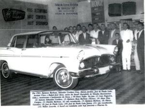 """Em 1963, Epitácio Barbosa, Salvador Cordaro Cruz, Aluizio Jardim, José de Paula Leão, Arcênio Viaro e Rafael José Alves, sócios da Soveil (Sociedade de Veículos Ituveravense Ltda.), mostravam o lançamento da Sinca, o V8 Sinca Tufão. Na foto: (1) Luiz Nogueira, (2) Antônio Sebastião Cordaro, (3) Epitácio Rosa Barbosa (""""Tacico""""), (4) Alaor Dias Campos, (5) Otáclito Barbosa, (6) não reconhecido, (7) Epitácio Barbosa, (8) Flávio Cavalari, (9) e (10)  José de Paula Leão e o filho José de Paula Leão Júnior, (11) Valter Diniz"""