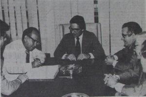 """Foto de junho de 1978, quando o prefeito José Aureliano Coimbra em São Paulo, oficializava a doação de um terreno de 71.698 metros quadrados à companhia Estadual de Casas Populares """"CECAP"""", para a construção de 200 casas populares onde foram construídos os bairros Cohab e CECAP. (1) o prefeito José Areliano Coimbra, (2) o presidente da CECAP, Dr. Ismael Armond e (3) o deputado Helvio Nunes da Silva (""""Zito"""")"""