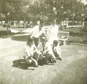 """Foto de 6 de outubro de 1959, na Praça 10 de Março, dos amigos: (1) José Alves Ferreira Neto (""""Caçula""""), (2) Ary Diniz (""""Ari Pepino"""") (in memoriam), (3) Luiz Carlos Bueno Ferreira, (4) José Roberto Trigo (in memoriam) e (5) Fuad Kallil Sobrinho"""