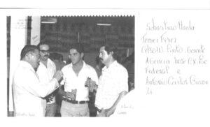 Foto dos anos 70 ou 80, de uma reunião de confraternização. (1) o comendador Takayuki Maeda, presidente do Grupo Maeda (2) Temer Feres, funcionário do Banco do Brasil, (3) Celso Pinto Von Ratizen, gerente do Banco do Brasil e (4) Antônio Carlos Gianasi, chefe da Carteira Agrícola do Banco do Brasil