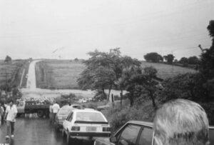 Foto dos anos 90, quando o Rio do Carmo foi inundado e as pontes foram derrubadas pela água, como a da foto, que mostra a ponte que vai pelo Ginásio Esportes, estrada de Jeriquara (Ituverava Tênis Clube). O fato ocorreu no governo do prefeito Dr. Ecyr Alves Ferreira e a locomoção entre as cidades ficou impedida por vários dias