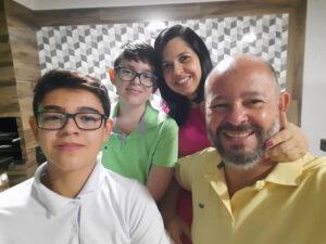 CLUDINÉIA OLIVEIRA Comemorou aniversário, dia 9 de julho, Claudinéia Oliveira. Ela recebe os parabéns do esposo Flávio César Oliveira, dos filhos Murilo e Eduardo, dos familiares e amigos