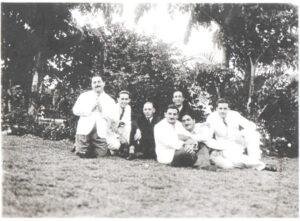 """Foto dos anos 1930 ou 1940, de amigos na Praça Dez de Março: (1) Miguel Jabur (""""Bachirim""""), que era comprador de cerais na região, (2) Moysés Miguel, que foi proprietário da Casa Moyses, onde hoje funciona o Empório das Rações, (3) não identificado, (4) Arcísio Ribeiro de Barros, que foi vice-prefeito de Ituverava, (5) o jornalista Muchir Miguel Francisco, (6) o agropecuarista Jorge Miguel (""""João Pitanga""""), (7) Elias Moyses, que era proprietário da Casa Jardim, onde hoje é Ponto Chic Restaurante"""