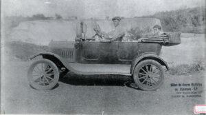 """Foto de 1920, do carro de praça em Ituverava (que seria o Taxi de hoje), de propriedade de Antônio Santiago (""""Botinha""""), o passageiro é o senhor Paulo Barbosa Lima, filho de Euclídes Barbosa Lima"""