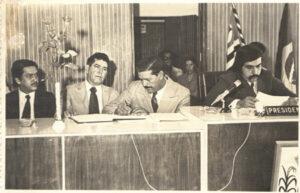 Foto da posse do prefeito Orlando Seixas Rego, e do vice, Ary Barbosa, que governaram a cidade de 1973 a 1976. O prefeito foi empossado pelo vereador mais votado, João José Macedo Vilela. (1) Orlando Seixas Rego, (2) Ary Babosa, (3) João José Macedo Vilela, que foi presidente da Câmara em 1974, (4), o vereador eleito, Waldir Barbosa de Oliveira, que também foi presidente da Câmara em 1975 e 1976; (5) e (6) Elza Dalva dos Santos Silva Rêgo, que era secretária da Câmara e Videvaldo da Silva Rego