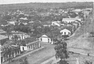 Foto de 1937, de uma vista parcial da cidade antes do calçamento.  (1) Praça 10 de Março, (2) GM Materiais Elétricos e (3) Agibank