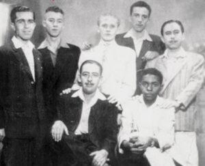"""Foto da década de 1940, dos amigos: (1) José Branco (farmacêutico), (2) Filemon Nobre, (3) Lauro Bordon (""""Bordonzinho"""") (farmacêutico), (4) Nelson Cordaro (farmacêutico), (5) Edson Alves Ferreira (farmacêutico), (6) Nelson (balconista do Bazar Combate, que era de propriedade da família Chauibub) e (7) Manoel Lopes Correa Filho (Manoel do Mocambo"""") (farmacêutico)"""